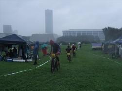 雨に加えてキリまで立ち込めた会場。後方は千葉マリンスタジアム