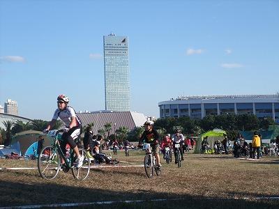 幕張新都心の高層ビルを背景に走るのは都市型MTBイベントの醍醐味です